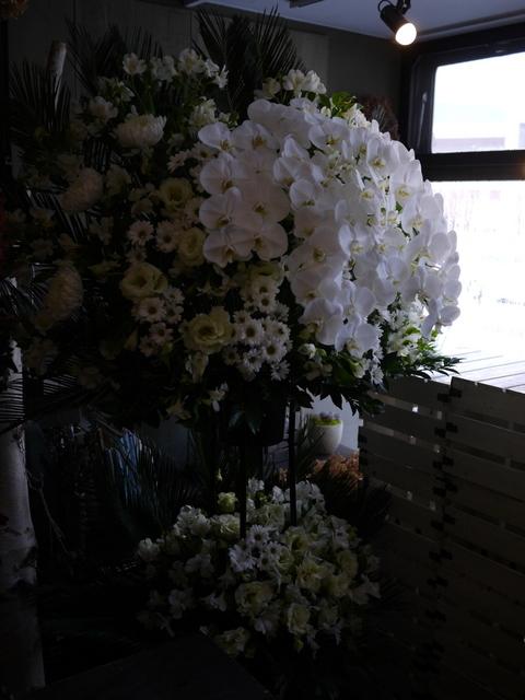 ご葬儀のスタンド花。白石区本通21の斎場にお届け。2019/12/16。_b0171193_17533667.jpg