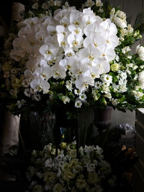 ご葬儀のスタンド花。白石区本通21の斎場にお届け。2019/12/16。_b0171193_17534424.jpg