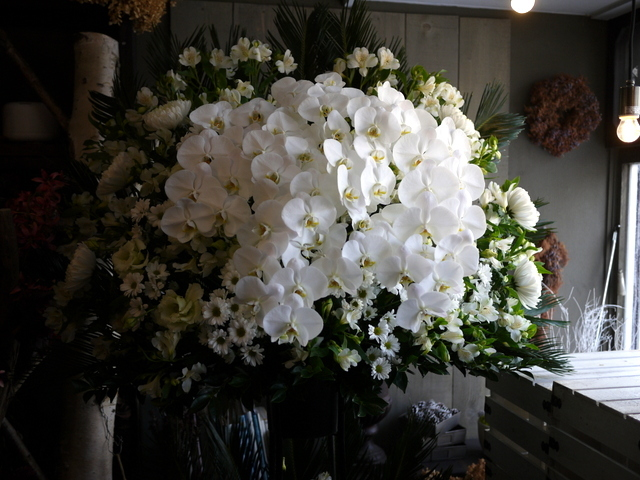 ご葬儀のスタンド花。白石区本通21の斎場にお届け。2019/12/16。_b0171193_17534804.jpg