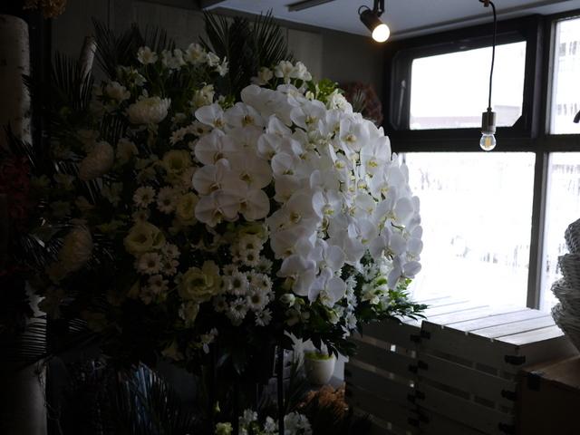 ご葬儀のスタンド花。白石区本通21の斎場にお届け。2019/12/16。_b0171193_17535647.jpg