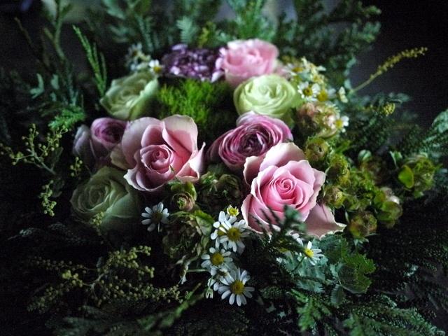 お供えのアレンジメント。「淡いピンク等。バラもOK」。宮の森1条にお届け。2019/12/21。_b0171193_18162646.jpg