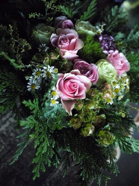 お供えのアレンジメント。「淡いピンク等。バラもOK」。宮の森1条にお届け。2019/12/21。_b0171193_18163379.jpg