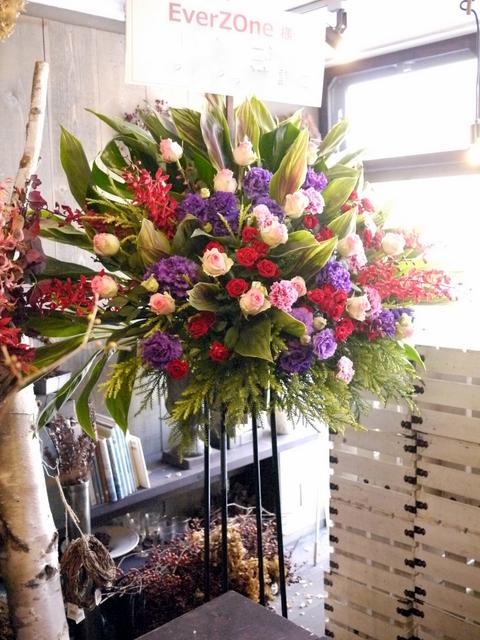 EverZOne(エバーゾーン)さんのライブにスタンド花。「華やかな感じ」。道新ホールにお届け。2019/12/22。_b0171193_18252354.jpg