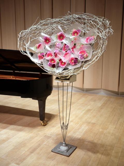 ピアノ教室の発表会に、花束持ち帰りタイプのスタンド花。ふきのとうホールにお届け。2019/12/22。_b0171193_18272537.jpg