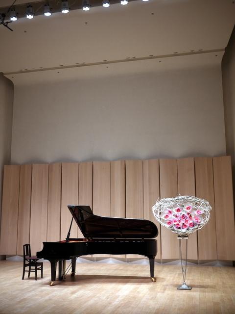 ピアノ教室の発表会に、花束持ち帰りタイプのスタンド花。ふきのとうホールにお届け。2019/12/22。_b0171193_18273419.jpg