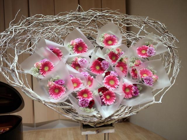 ピアノ教室の発表会に、花束持ち帰りタイプのスタンド花。ふきのとうホールにお届け。2019/12/22。_b0171193_18273815.jpg