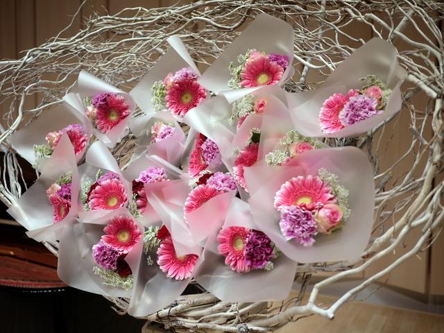 ピアノ教室の発表会に、花束持ち帰りタイプのスタンド花。ふきのとうホールにお届け。2019/12/22。_b0171193_18274075.jpg