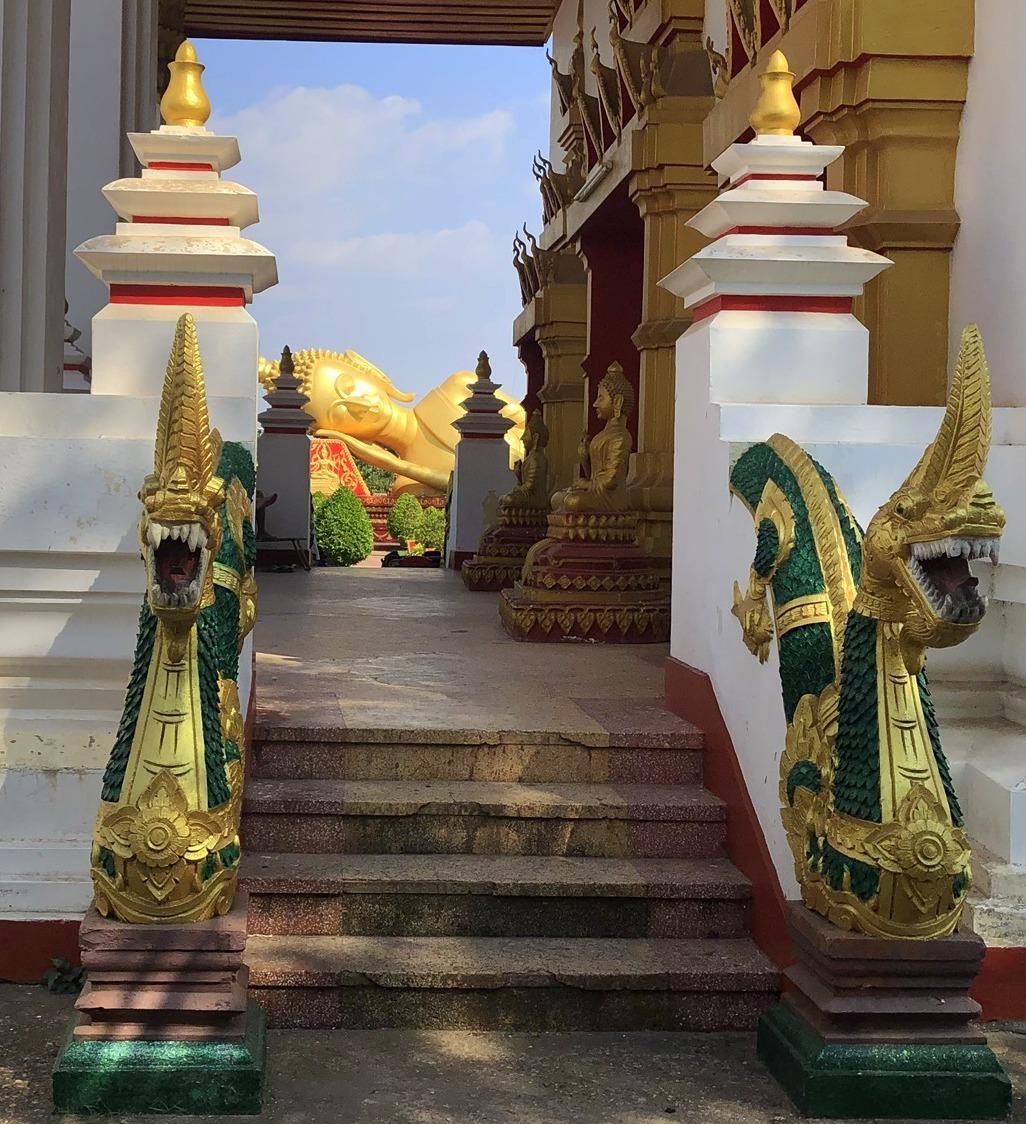 ラオスの旅 8  カラフルなタート・ルアン南寺院_a0092659_18015012.jpg