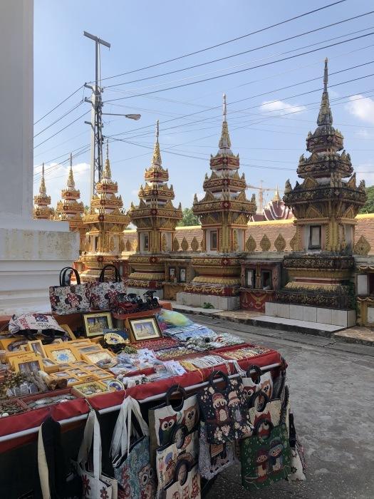 ラオスの旅 8  カラフルなタート・ルアン南寺院_a0092659_18090034.jpg