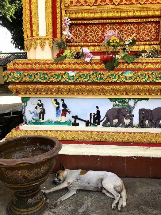 ラオスの旅 8  カラフルなタート・ルアン南寺院_a0092659_18441615.jpg