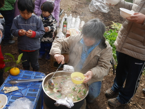 ②美味しい!昼は畑で芋煮と焼き芋:12・21六国見山手入れ_c0014967_06274673.jpg