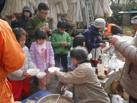 ②美味しい!昼は畑で芋煮と焼き芋:12・21六国見山手入れ_c0014967_06294677.jpg
