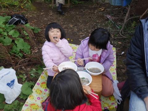②美味しい!昼は畑で芋煮と焼き芋:12・21六国見山手入れ_c0014967_06314966.jpg