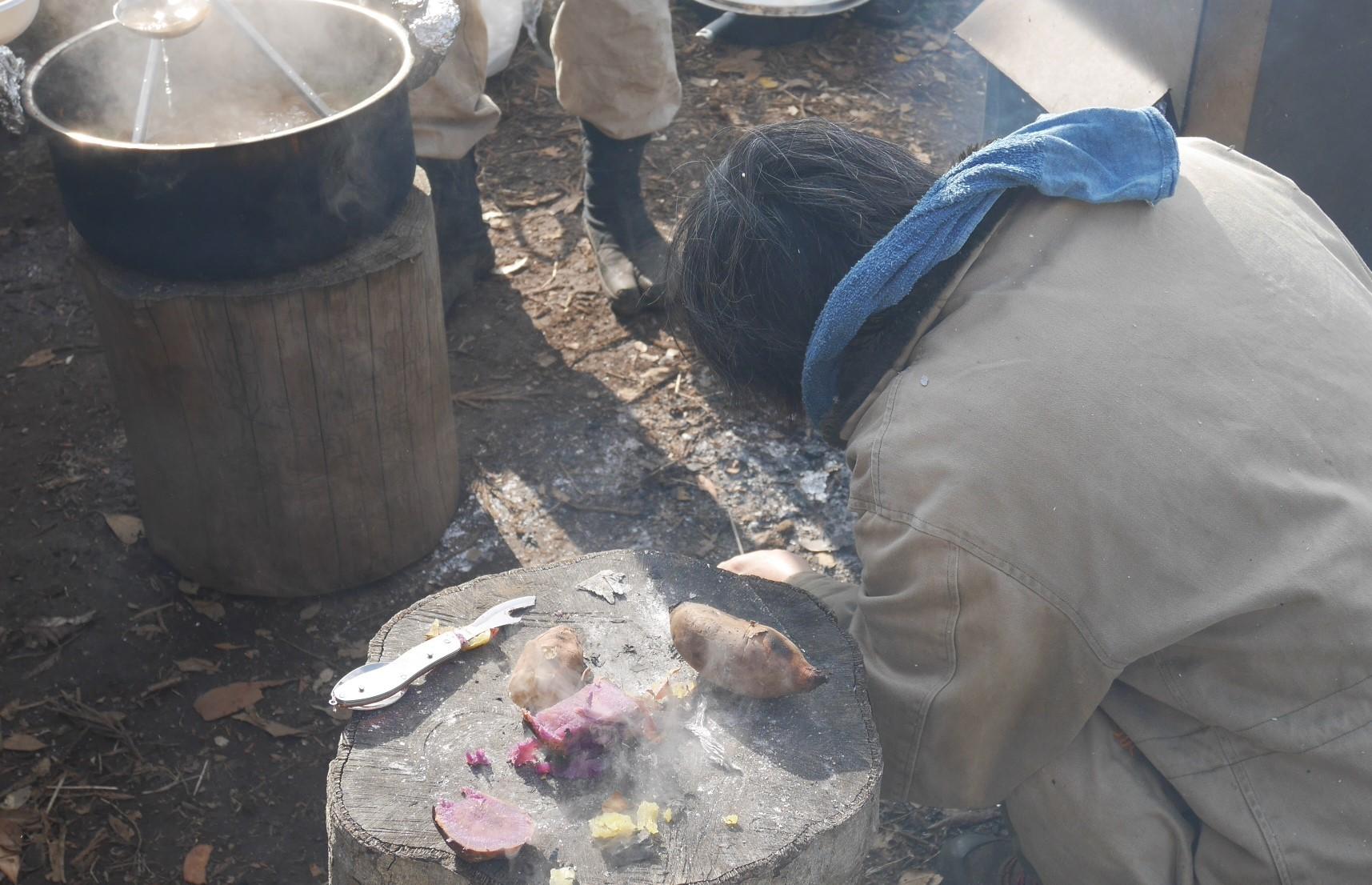②美味しい!昼は畑で芋煮と焼き芋:12・21六国見山手入れ_c0014967_06324117.jpg