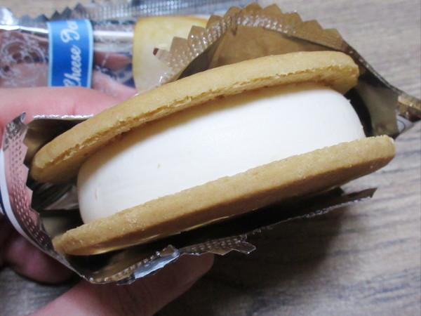 バタークッキーサンド クリームチーズアイス@森永乳業_c0152767_20492900.jpg
