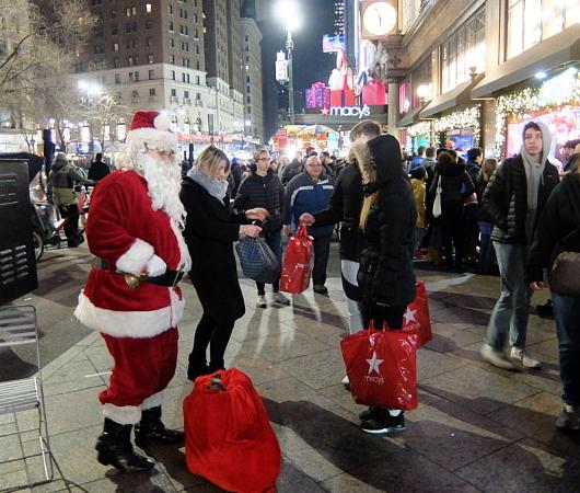 クリスマス前のニューヨーク、あちこちにサンタさん_b0007805_09521415.jpg