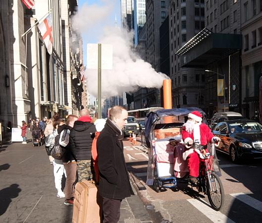 クリスマス前のニューヨーク、あちこちにサンタさん_b0007805_09523037.jpg