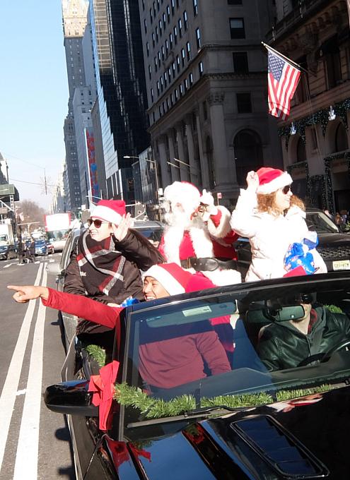 クリスマス前のニューヨーク、あちこちにサンタさん_b0007805_09552884.jpg