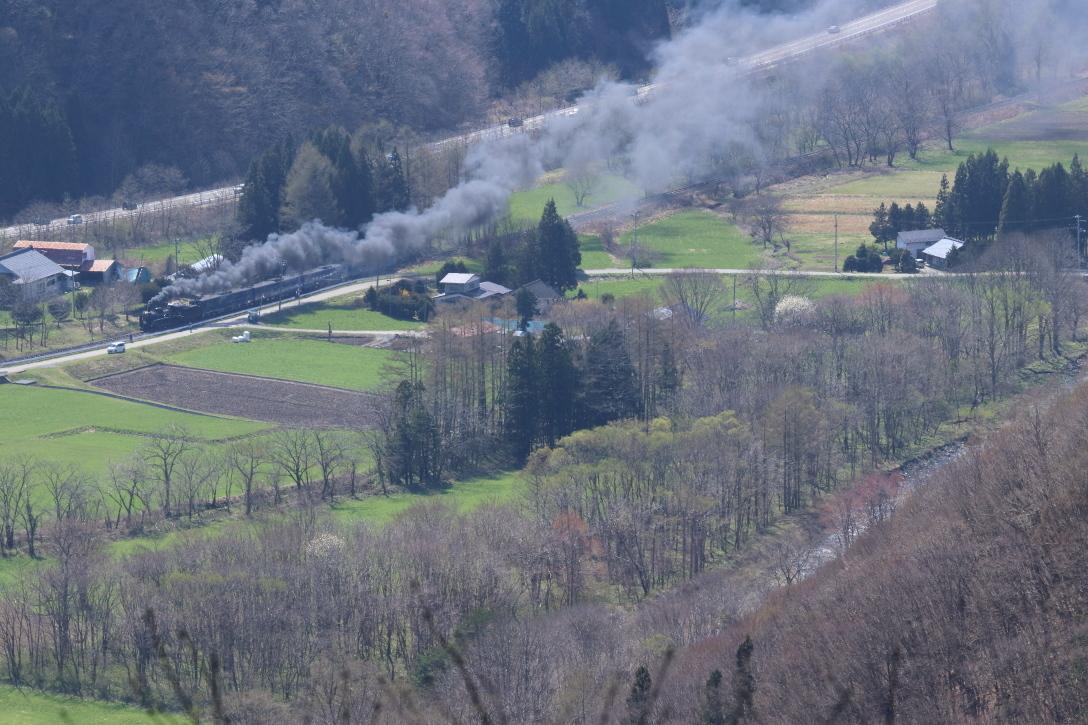 畑は新緑、山はまだ冬枯れ、汽車は黒煙もくもく - 2019年・釜石線 -_b0190710_21293840.jpg