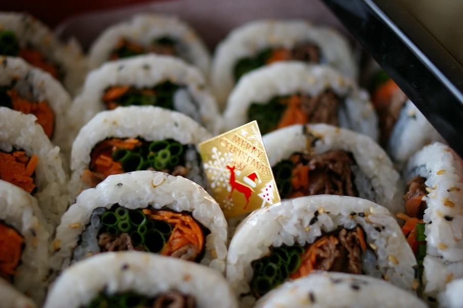 巻き寿司をお重に詰めて_d0327373_09100560.jpg