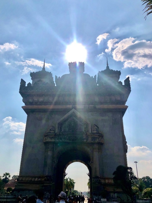 ラオスの旅 10 パリの凱旋門を模したパトゥーサイ_a0092659_21114872.jpg