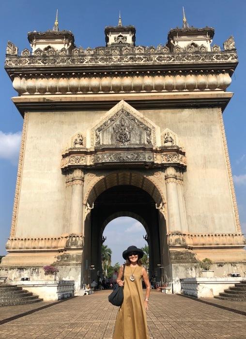 ラオスの旅 10 パリの凱旋門を模したパトゥーサイ_a0092659_21121551.jpg