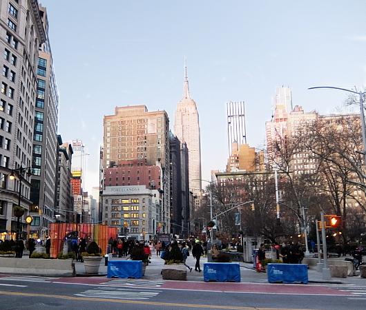 年の瀬のニューヨークの街角風景、フラットアイアン・ビル前_b0007805_09105195.jpg