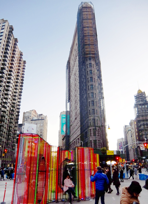 年の瀬のニューヨークの街角風景、フラットアイアン・ビル前_b0007805_09200337.jpg