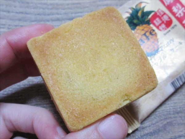 【台湾土産】佳徳糕餅のパイナップルケーキ(鳳梨酥)_c0152767_18272487.jpg