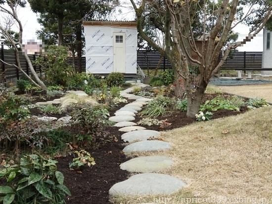 冬の庭しごと ガーデンシェッドのドアの取りつけと、マルチング作業の完了_c0293787_16411472.jpg
