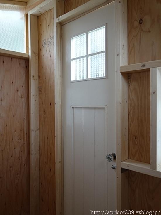 冬の庭しごと ガーデンシェッドのドアの取りつけと、マルチング作業の完了_c0293787_16423994.jpg