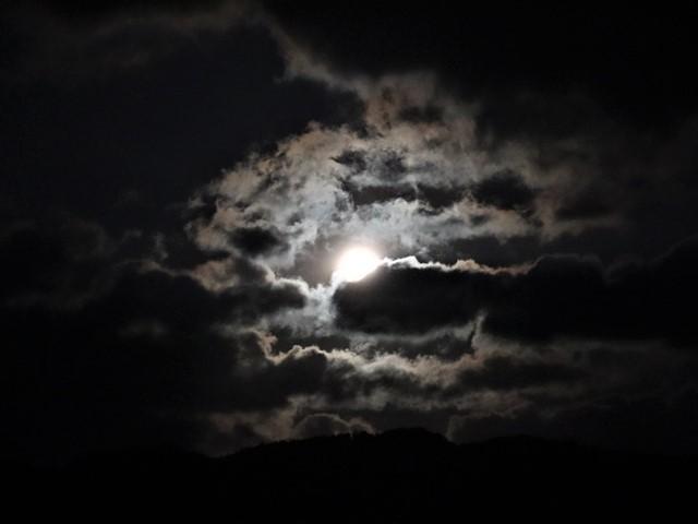 気仙沼湾に浮かび上がった気仙沼の名月・・・・気仙沼プラザホテルからの名月_d0181492_14523961.jpg