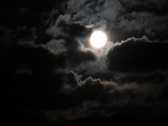 気仙沼湾に浮かび上がった気仙沼の名月・・・・気仙沼プラザホテルからの名月_d0181492_14524853.jpg