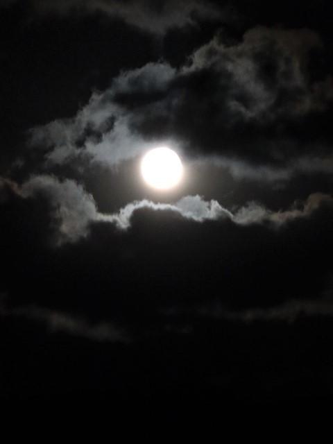 気仙沼湾に浮かび上がった気仙沼の名月・・・・気仙沼プラザホテルからの名月_d0181492_14530532.jpg