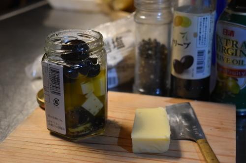夜中にチーズとオリーブを刻む。_d0087595_23005258.jpeg