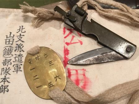 認識票の首掛紐先端に軍用ナイフ。_a0154482_18212821.jpg