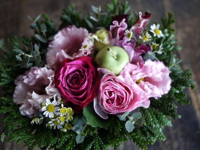 お供えのアレンジメントとミニブーケ2種。「バラも使って可」栄通13にお届け。2019/12/30。_b0171193_00101653.jpg