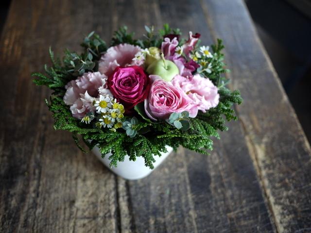 お供えのアレンジメントとミニブーケ2種。「バラも使って可」栄通13にお届け。2019/12/30。_b0171193_00101854.jpg