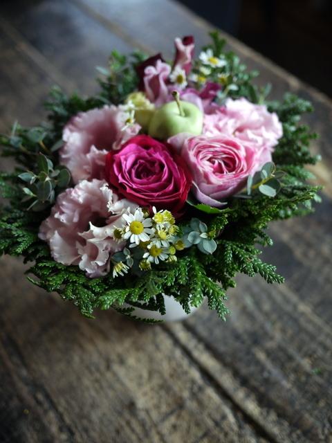 お供えのアレンジメントとミニブーケ2種。「バラも使って可」栄通13にお届け。2019/12/30。_b0171193_00101900.jpg