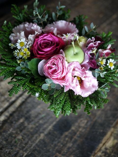 お供えのアレンジメントとミニブーケ2種。「バラも使って可」栄通13にお届け。2019/12/30。_b0171193_00102192.jpg