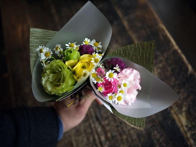 お供えのアレンジメントとミニブーケ2種。「バラも使って可」栄通13にお届け。2019/12/30。_b0171193_00104456.jpg