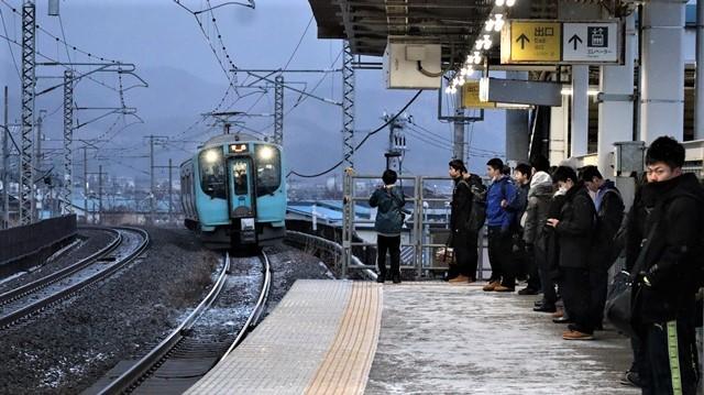 青い森鉄道に可愛い電車が登場「11匹のねこちゃん」列車は可愛過ぎます。冠雪の「岩木山」_d0181492_23532116.jpg