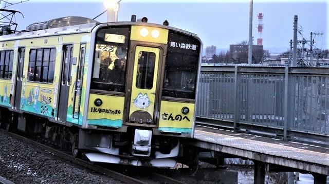 青い森鉄道に可愛い電車が登場「11匹のねこちゃん」列車は可愛過ぎます。冠雪の「岩木山」_d0181492_23532848.jpg