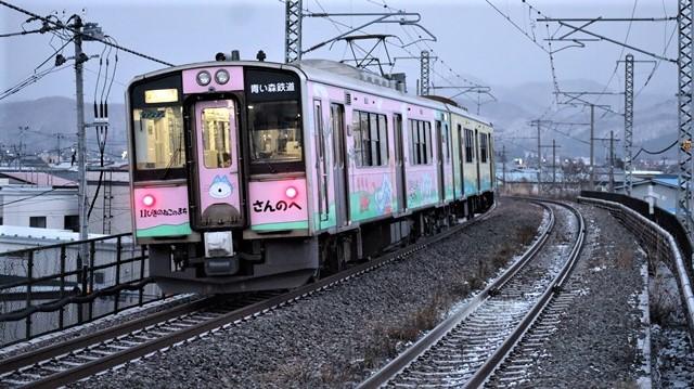 青い森鉄道に可愛い電車が登場「11匹のねこちゃん」列車は可愛過ぎます。冠雪の「岩木山」_d0181492_23534398.jpg