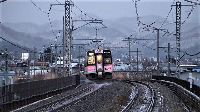 青い森鉄道に可愛い電車が登場「11匹のねこちゃん」列車は可愛過ぎます。冠雪の「岩木山」_d0181492_23535143.jpg
