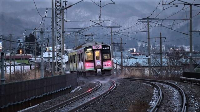 青い森鉄道に可愛い電車が登場「11匹のねこちゃん」列車は可愛過ぎます。冠雪の「岩木山」_d0181492_23540175.jpg