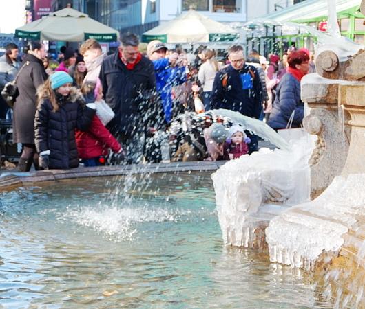 氷のアート作品みたいなブライアント・パークの噴水_b0007805_10124972.jpg