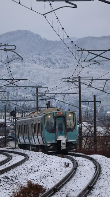 青い森鉄道:東北本線と貨物列車、雪降る北国で懸命に頑張る貨物列車に感動、頑張る姿は美しい・・・貨物列車も火とも頑張る姿に魅了する_d0181492_00270873.jpg