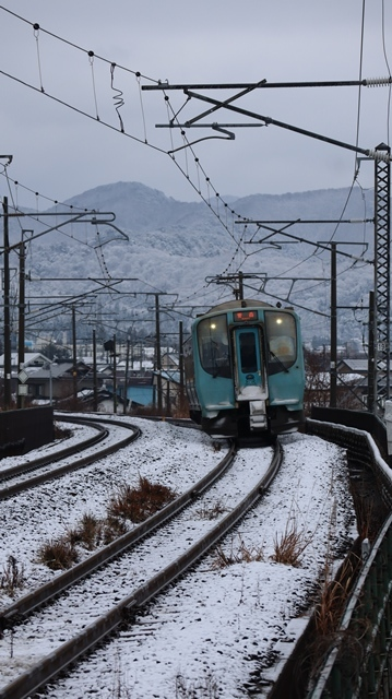 青い森鉄道:東北本線と貨物列車、雪降る北国で懸命に頑張る貨物列車に感動、頑張る姿は美しい・・・貨物列車も火とも頑張る姿に魅了する_d0181492_00271783.jpg