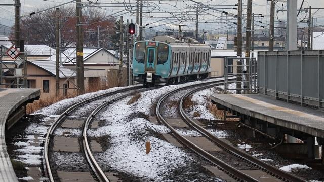 青い森鉄道:東北本線と貨物列車、雪降る北国で懸命に頑張る貨物列車に感動、頑張る姿は美しい・・・貨物列車も火とも頑張る姿に魅了する_d0181492_00275768.jpg